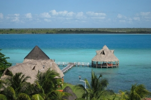 """© <a href=""""https://commons.wikimedia.org/wiki/File:Bacalar_Lagoon.jpg"""" target=""""_blank"""" rel=""""nofollow"""">Lidia Tretyakova/Wikimedia</a>/<a href=""""https://creativecommons.org/licenses/by-sa/3.0/deed.en"""" target=""""_blank"""" rel=""""nofollow"""">CC BY-SA 3.0</a>"""