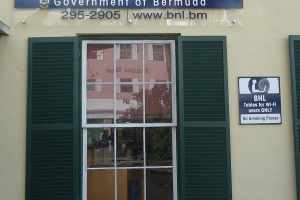 """© <a href=""""https://commons.wikimedia.org/wiki/File:Bermuda_(UK)_photos_number_52_sign_above_Bermuda_National_Library.jpg"""" target=""""_blank"""" rel=""""nofollow"""">Tomwsulcer/Wikimedia</a>/Public domain"""