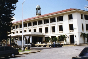 """© <a href=""""https://commons.wikimedia.org/wiki/File:Cristobal_Administration_Building,_July_1997.jpg"""" target=""""_blank"""" rel=""""nofollow"""">Cz ferenc/Wikimedia</a>/<a href=""""https://creativecommons.org/licenses/by-sa/3.0/deed.en"""" target=""""_blank"""" rel=""""nofollow"""">CC BY-SA 3.0</a>"""