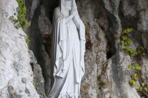 """© <a href=""""https://commons.wikimedia.org/wiki/File:Grotta_di_Lourdes_a_Mezzocorona_03.JPG"""" target=""""_blank"""" rel=""""nofollow"""">Llorenzi/Wikimedia</a>/<a href=""""https://creativecommons.org/licenses/by-sa/3.0/deed.en"""" target=""""_blank"""" rel=""""nofollow"""">CC BY-SA 3.0</a> - Note: the image is for illustration purposes only. Real place may vary."""