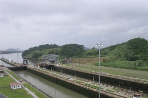 """© <a href=""""https://commons.wikimedia.org/wiki/File:Miraflores_Locks_of_Panama_Canal_01.jpg"""" target=""""_blank"""" rel=""""nofollow"""">Dozenist/Wikimedia</a>/<a href=""""https://creativecommons.org/licenses/by-sa/3.0/deed.en"""" target=""""_blank"""" rel=""""nofollow"""">CC BY-SA 3.0</a>"""