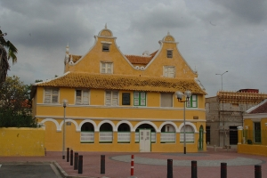"© <a href=""https://commons.wikimedia.org/wiki/File:SEBASTOPOL_HOUSE,_WILLEMSTAD,_CURACAO.jpg"" target=""_blank"" rel=""nofollow"">JERRYE AND ROY KLOTZ MD/Wikimedia</a>/<a href=""https://creativecommons.org/licenses/by-sa/3.0/deed.en"" target=""_blank"" rel=""nofollow"">CC BY-SA 3.0</a>"