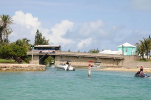 """© <a href=""""https://commons.wikimedia.org/wiki/File:Bermuda_Harbour_-_Somerset_bridge_-_panoramio.jpg"""" target=""""_blank"""" rel=""""nofollow"""">David Broad/Wikimedia</a>/<a href=""""https://creativecommons.org/licenses/by/3.0/deed.en"""" target=""""_blank"""" rel=""""nofollow"""">CC BY 3.0</a>"""